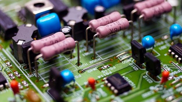 Closeup weerstanden en elektronica aan boord van elektrische circuits