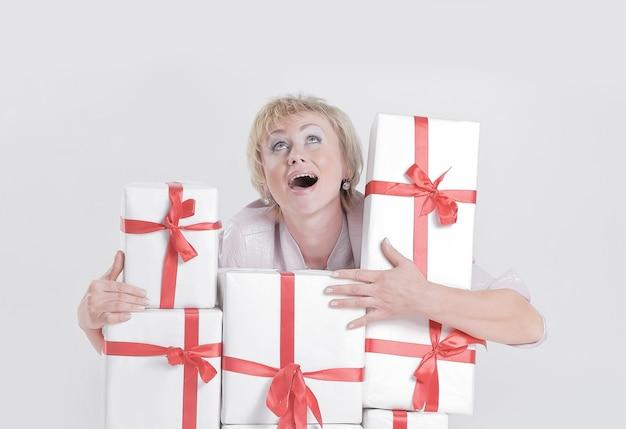 Closeupzeer gelukkige vrouw met geschenkdozen