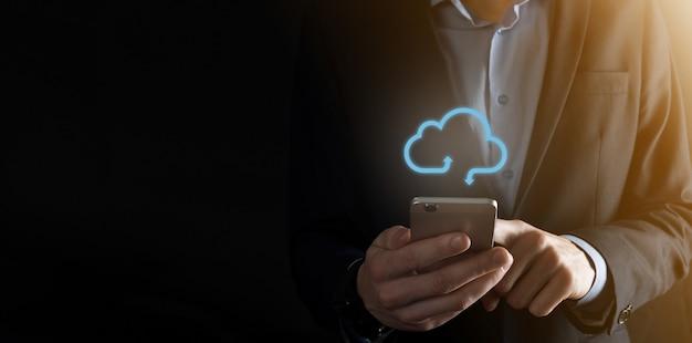 Cloud computing-concept - verbind slimme telefoon met cloud. zakenman of informatietechnoloog met cloud computing-pictogram en slimme telefoon. bedrijfs-, technologie-, internet- en netwerkconcept.