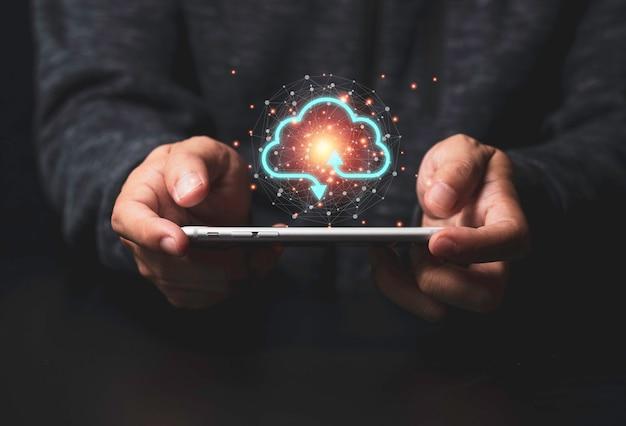 Cloud computing copyright-concept, smartphone met twee handen en virtuele cloud computing om gegevensinformatie over te dragen en downloadtoepassing te uploaden.