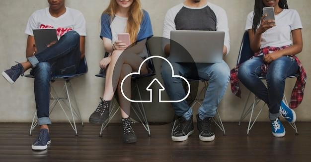 Cloud overlay woord jonge mensen