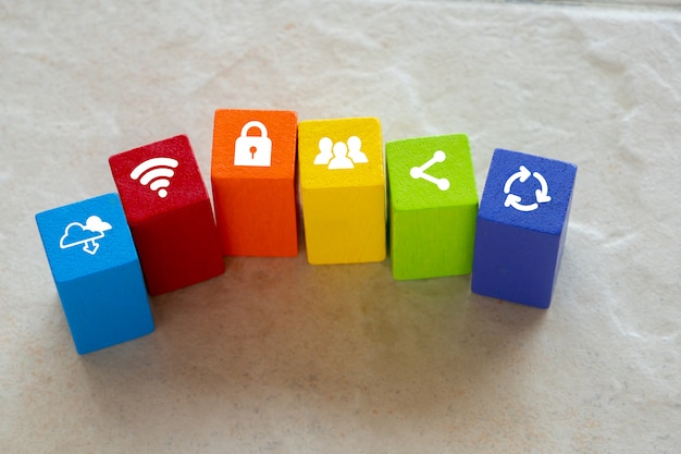 Cloud & social media-pictogram op kleurrijke puzzel