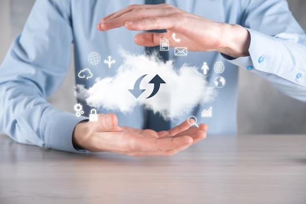 Cloud-technologie. cloudopslagbord met twee pijlen omhoog en omlaag op donker
