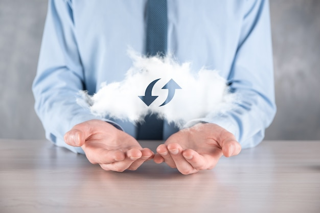 Cloud-technologie. veelhoekig draadframe cloudopslagbord met twee pijlen omhoog en omlaag op donker