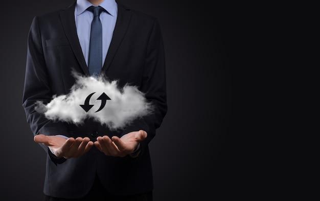 Cloud technologie. veelhoekig draadframe cloudopslagbord met twee pijlen op en neer op donker. cloud computing, big datacenter, toekomstige infrastructuur, digitaal ai-concept. virtueel hosting symbool
