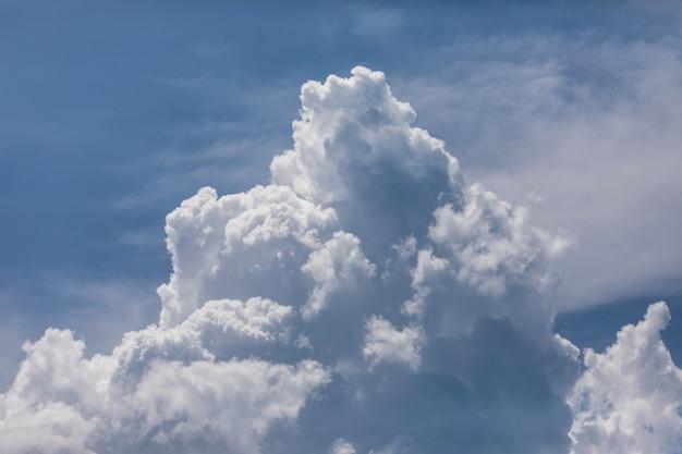 Cloudscape. blauwe lucht en witte wolk. zonnige dag. cumulus wolk.