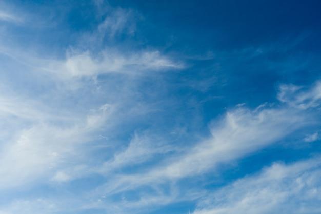 Cloudscape. blauwe lucht en witte wolk. zonnige dag. vederwolken.