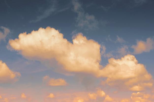 Cloudscapes met zonlicht op de blauwe hemelachtergrond
