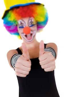Clown die ok teken met haar vingers toont die op wit worden geïsoleerd