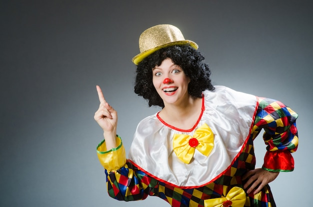 Clown in grappig concept op donkere achtergrond