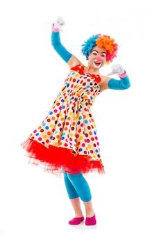 Clown in kleurrijke pruik die niet ok teken toont, die voorzijde bekijkt