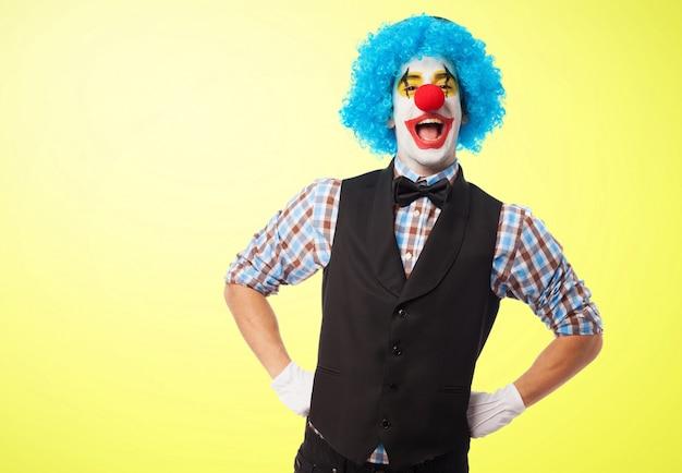 Clown lachend met de handen op de heupen