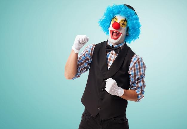 Clown lachend met een vuist hoog