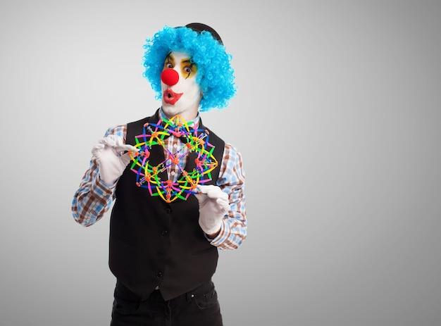 Clown met een stuk speelgoed