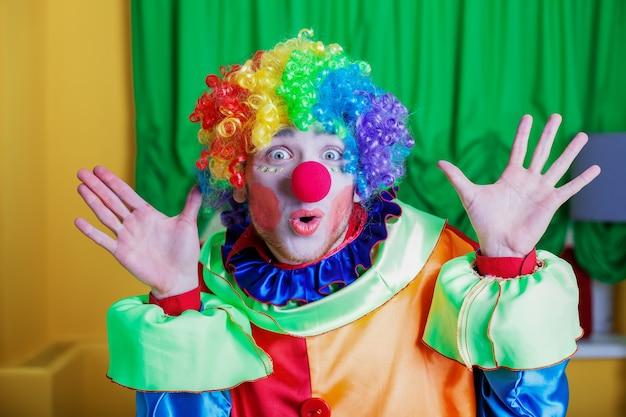Clown met een vreemde uitdrukking op zijn gezicht.