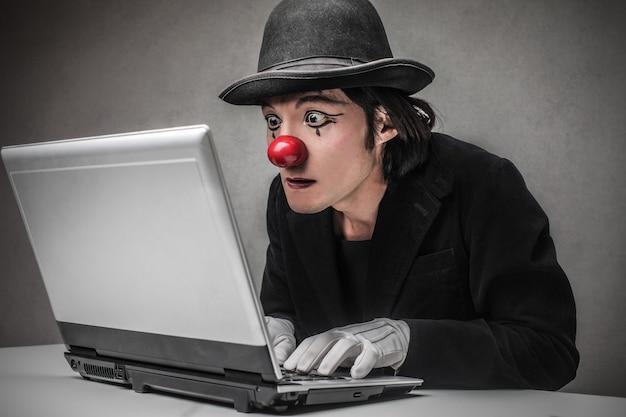 Clown zoekt op internet
