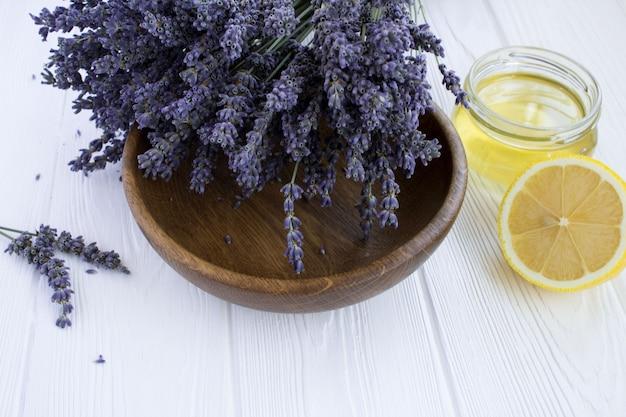 Clseup op droge lavendel, citroen en honing