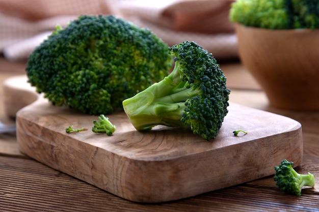 Clsoe omhoog broccoli op houten lijst. gezond eten, bovenaanzicht.