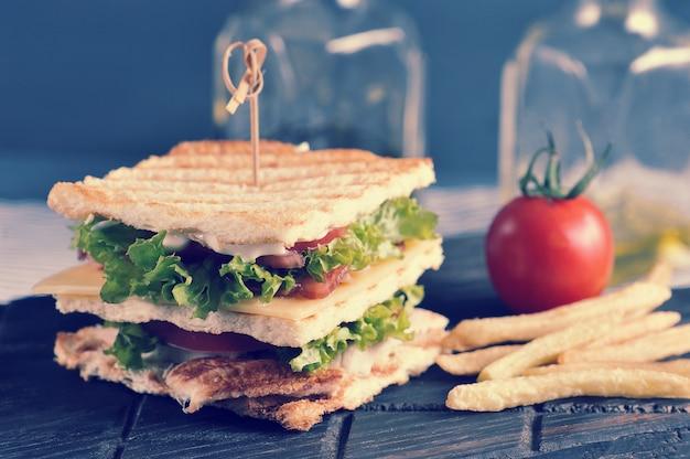 Club sandwich doorboord met spies