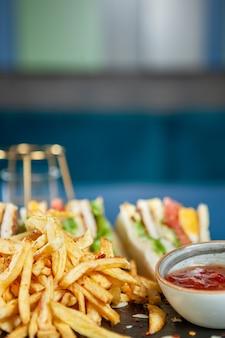 Club sandwich met frietjes met peper sos .fast cuisine