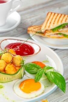 Club sandwich panini met ham, tomaat, kaas en basilicum met kaasballetjes