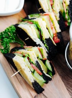 Clubsandwich met brood met meerdere lagen