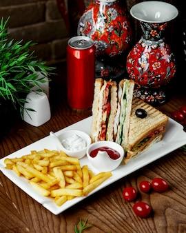 Clubsandwich met frietjes