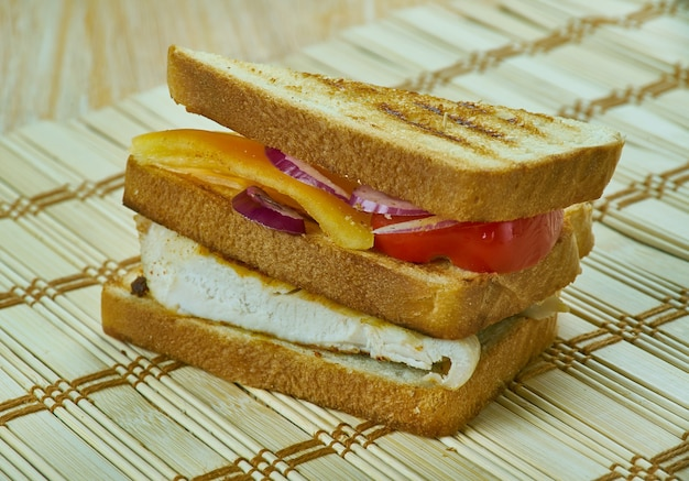 Clubsandwich met gerookte paprika en gebakken kip. close-up maaltijd.