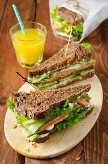 Clubsandwich met zalm en komkommers