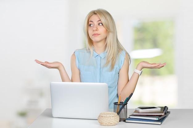 Clueless vrouwelijke student met laptop
