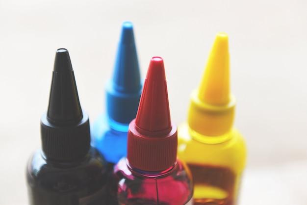 Cmyk-inktfles voor printermachine kleurrijke inktvulset met cyaanblauw rood magenta geel en zwart voor printerinkt