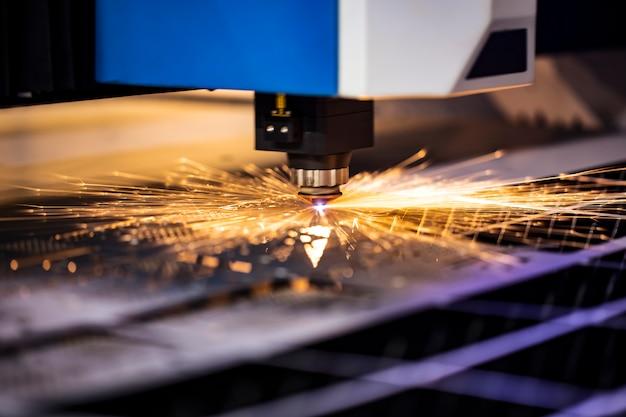 Cnc freesmachine. verwerking en lasersnijden van metaal in de industrie met koelvloeistof. industriële tentoonstelling van gereedschapswerktuigen.