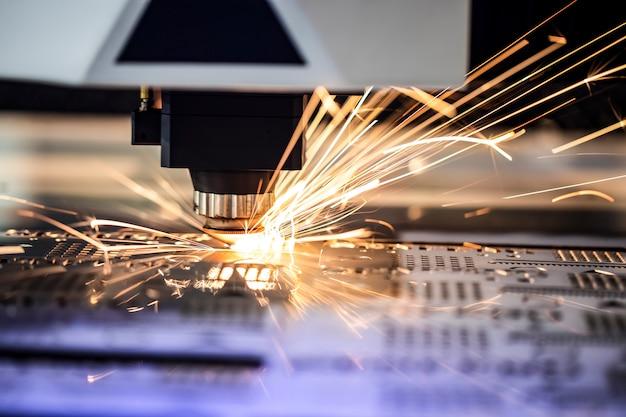 Cnc freesmachine. verwerking en lasersnijden voor metaal in het industriële gebied met koelvloeistof. industriële tentoonstelling van werktuigmachines.