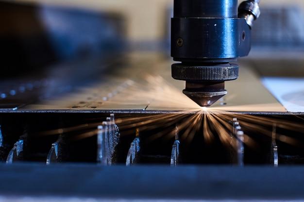 Cnc lasersnijden van metaal close up, moderne industriële technologie.