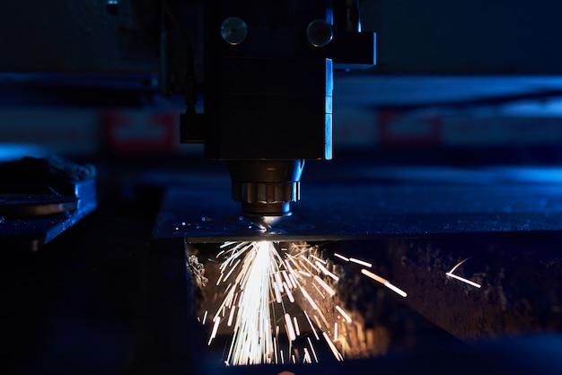 Cnc lasersnijden van metaal dicht omhoog