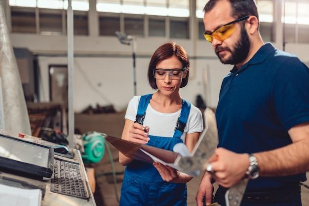 Cnc-machinist en industrieel ingenieur die producttekening controleren