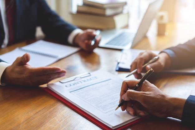 Co-investeringsbedrijf ondertekent overeenkomst na succesvolle deal. zakelijk contract en vergadering en groet.