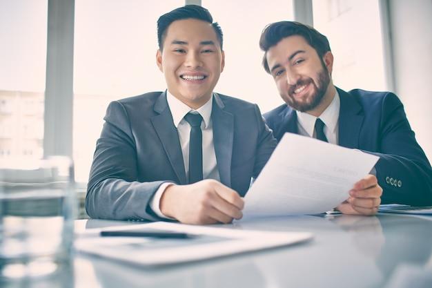 Co-werknemers het lezen van hetzelfde document