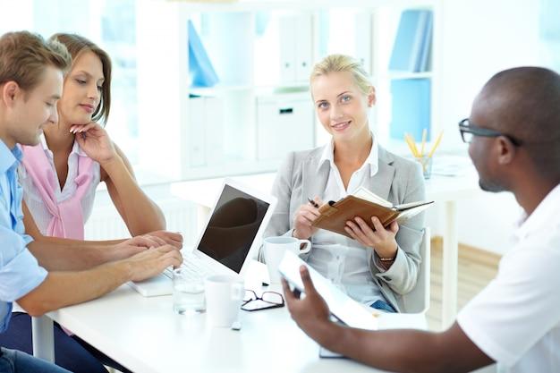 Co-werknemers het organiseren van een presentatie
