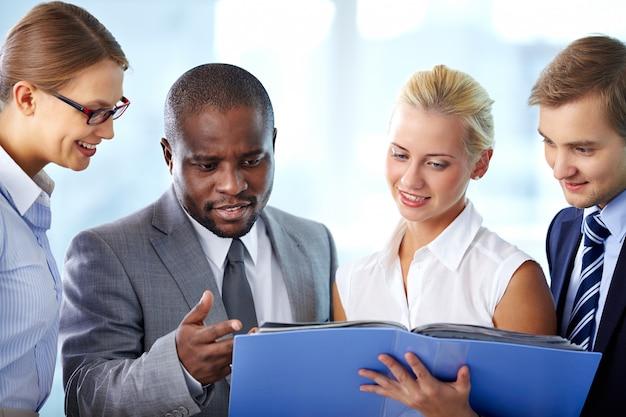 Co-werknemers met een blauwe bestand