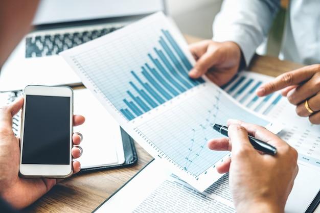 Co-working business team meeting planning strategie investering en besparing