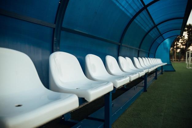 Coach en reserve banken in een voetbalveld