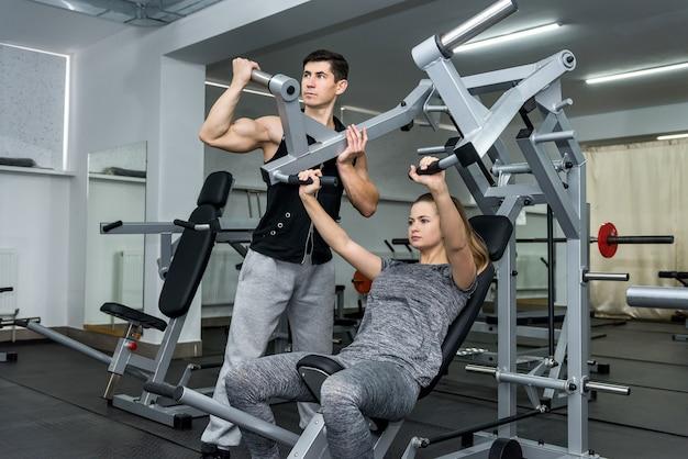 Coach opleiding van jonge en mooie vrouw in de sportschool