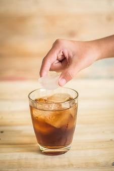 Coca-cola met ijs op de houten vloer