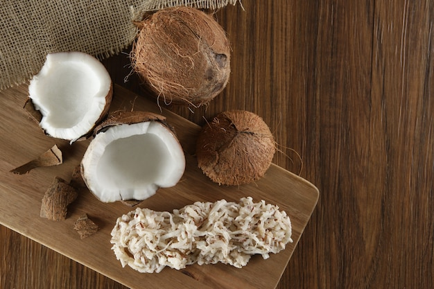Cocada, kokosnoot snoep. samenstelling op houten achtergrond.