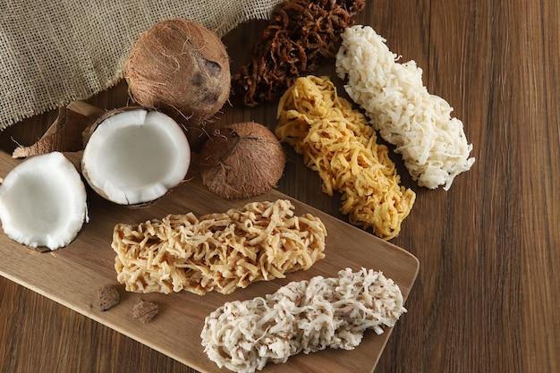 Cocada, kokosnoot snoep. samenstelling op houten tafel.