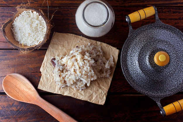 Cocada (kokosnoot zoet) is een op kokosnoot gebaseerd snoepje, traditioneel in verschillende delen van de wereld, veel geconsumeerd en traditioneel in brazilië