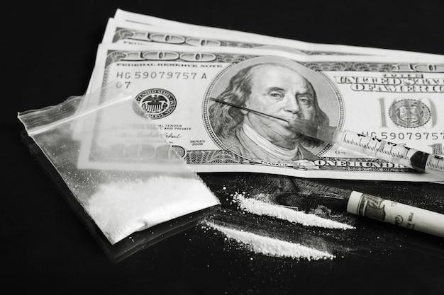 Cocaïne lijnen in de buurt van geldrekeningen