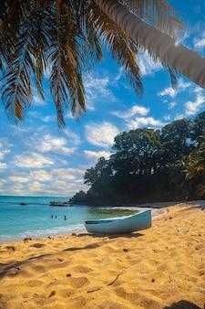 Cocalito-strand in punta de sal en een lokale boot, tela. honduras
