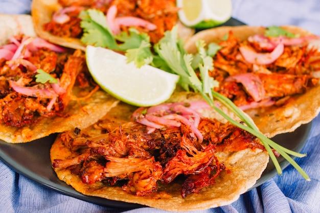 Cochinita pibil taco's close-up. cochinita pibil is een manier van koken van getrokken varkensvlees typisch uit yucatan, mexico